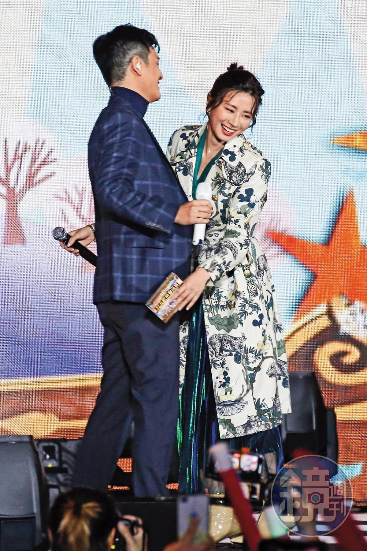 周興哲(小圖)與趙岱新傳出分手後2個月,在新北歡樂耶誕城巨星演唱會重逢,兩人雖相擁卻略顯尷尬。