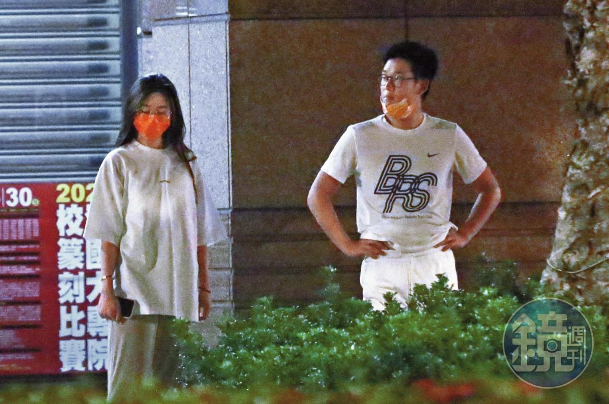5月25日23:38,周興哲(右)跟趙岱新(左)一身居家裝扮出門,帶著愛犬「蕭邦」到住家附近散步。