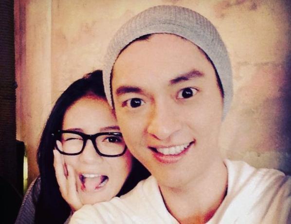 安以軒(左)在社群上寫下「至今想念」來悼念好友安鈞璨。(翻攝自安以軒微博)