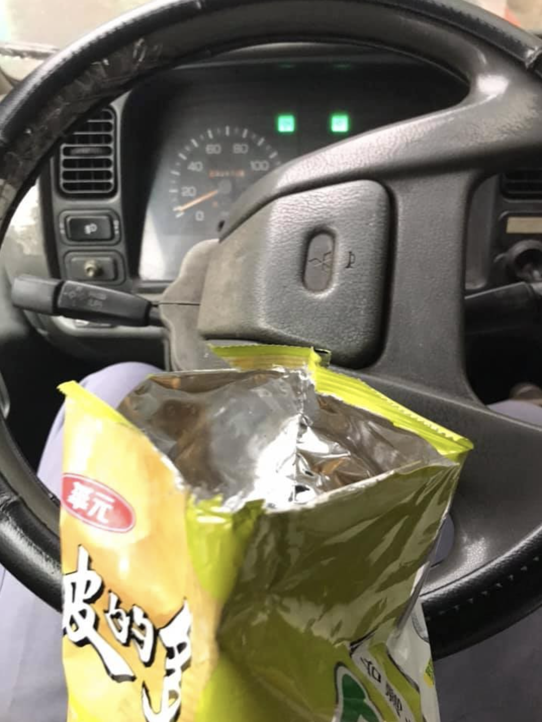 一名物流司機表示自己獨自在車上吃零食,卻遇到「正義魔人」要檢舉「沒戴口罩」。(翻攝自爆怨2公社臉書)