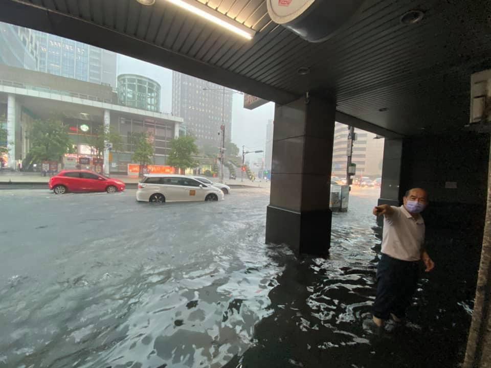 台北市府轉運站淹水。(翻攝自爆料公社臉書)
