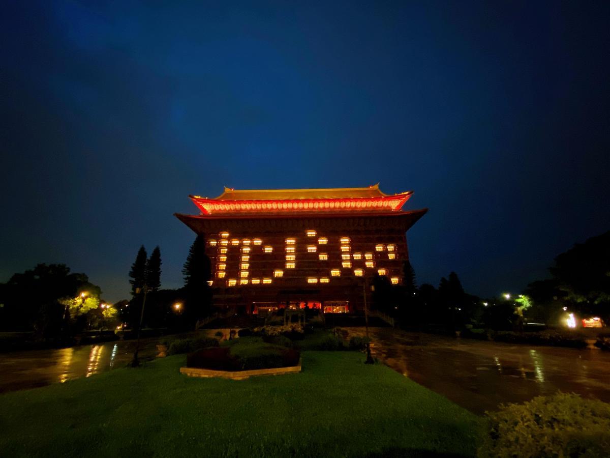 圓山飯店也以日文書寫台語發音的「感謝」點燈,感謝日本在困難中千里送暖。(圓山飯店提供)