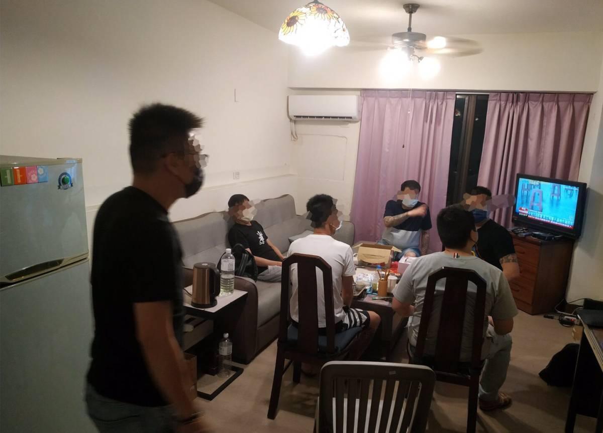 警方將室內群聚的7名男子依違反傳染病防治法第37條處函請衛生局裁處。(翻攝畫面)
