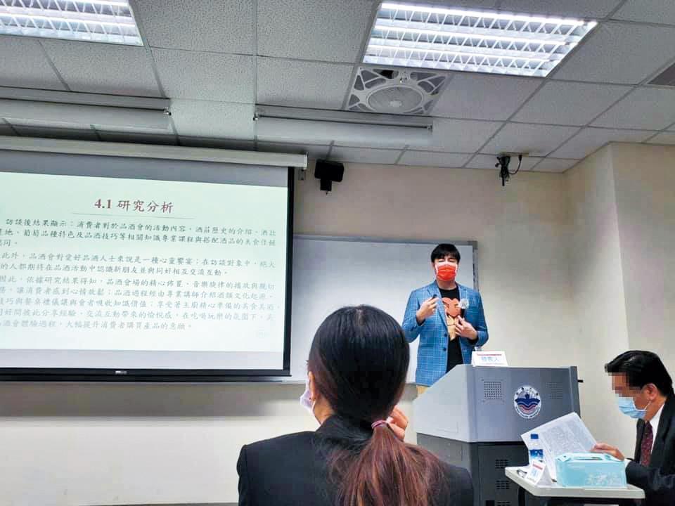 先前劉至翰(中)回學校參加研討會,並坦言自己因課業忙很少與外界互動。(翻攝自劉至翰 Johnny Liu臉書)
