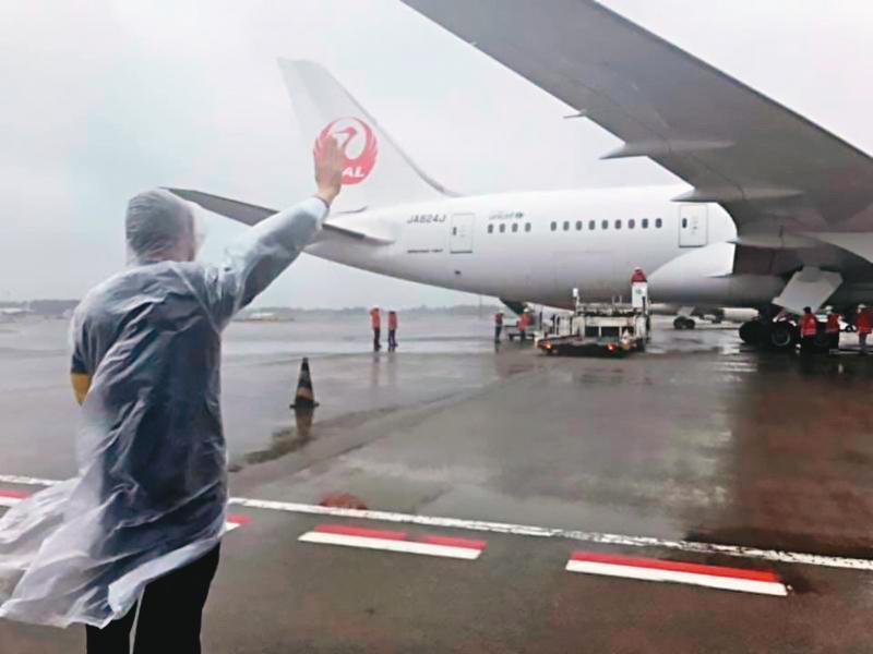 日本政府捐贈的124萬劑AZ疫苗4日運抵台灣,圖為駐日代表謝長廷在成田機場向載運疫苗的專機揮手致意。(翻攝謝長廷臉書)
