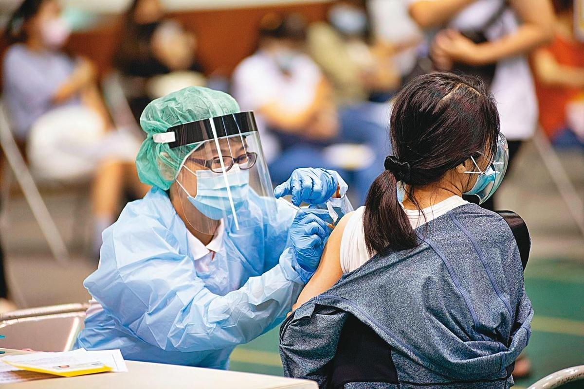 陳建仁對台灣疫苗接種量能很有信心,估計1天可以施打約30萬劑,圖為民眾在嘉義市疫苗快打站接種疫苗。(嘉義市政府提供)