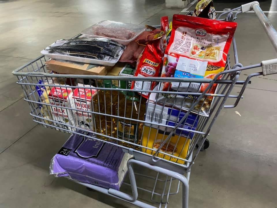 原PO曬出滿滿一車戰利品的照片,有冷凍食品、牛奶、麥片和衛生紙等民生物資。(翻攝臉書「Costco好市多商品消費心得分享區」)