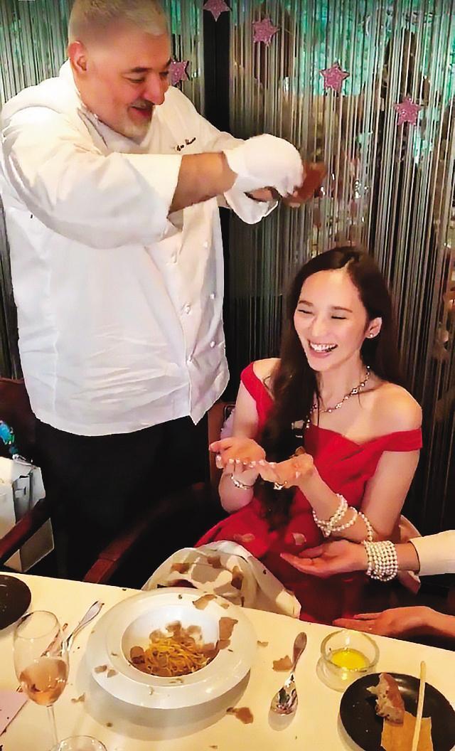 吳佩慈(右)過著豪門生活,她曾於生日派對上,營造出「白松露雪花」的奢華效果。(翻攝自吳佩慈IG)