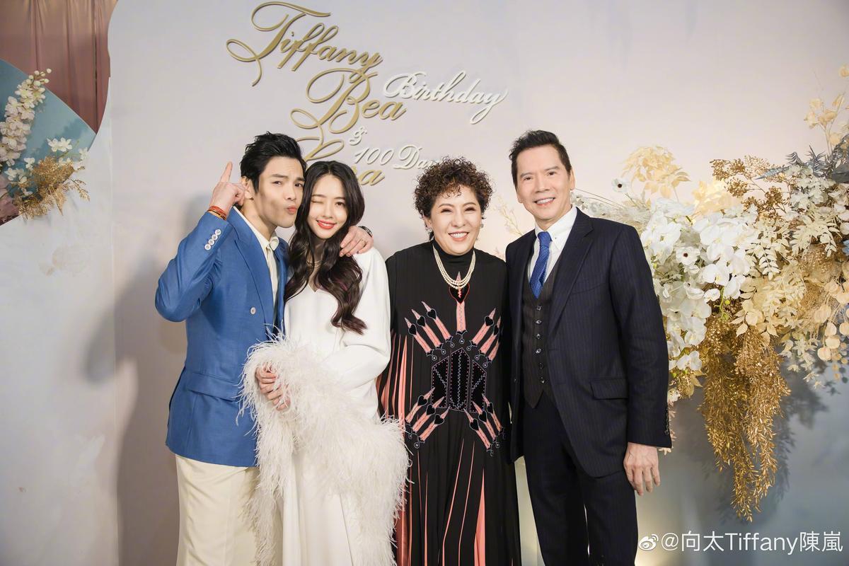 去年陳嵐與夫婿向華強來台陪兒媳婦郭碧婷生產,還高調為孫女辦了百日宴。(陳嵐微博)