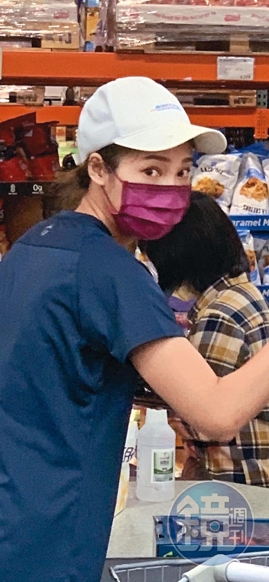 夢多新歡臉戴口罩,依舊看得出眉目清秀。(讀者提供)