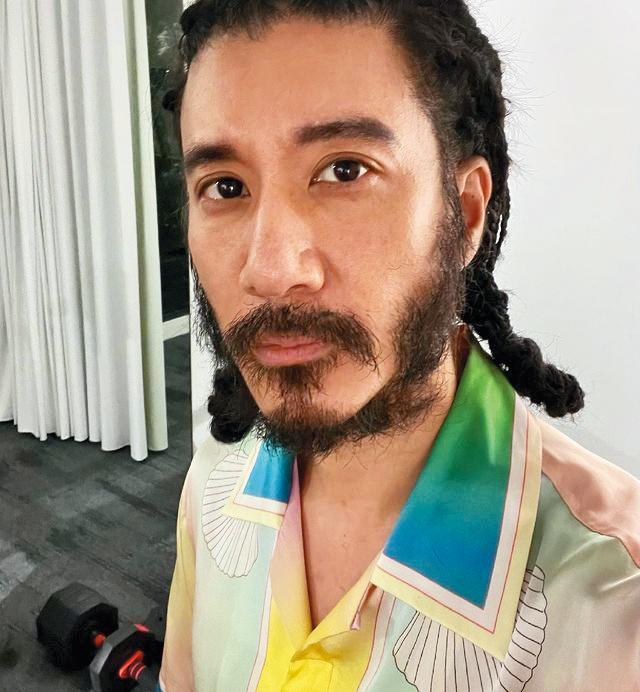 疫情期間,王力宏過得隨心所欲,還蓄起長髮、濃鬍。(翻攝自王力宏IG)