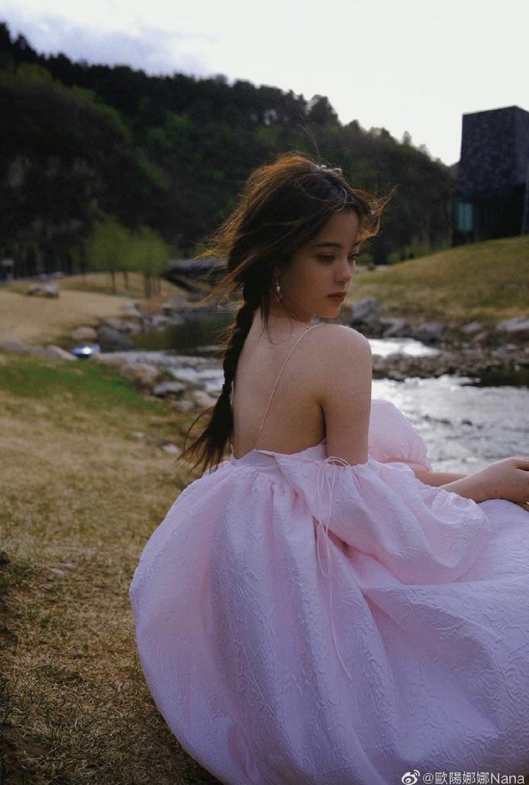 歐陽娜娜穿著淡粉色細肩平口洋裝,露出白皙肌膚的美肩,相當性感。(翻攝自歐陽娜娜IG)