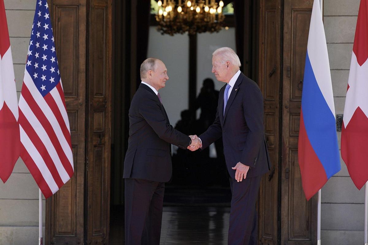 拜登(右)與普丁在日內瓦舉行美俄峰會,兩人首次面對面交鋒。(翻攝DrGJackBrown推特)