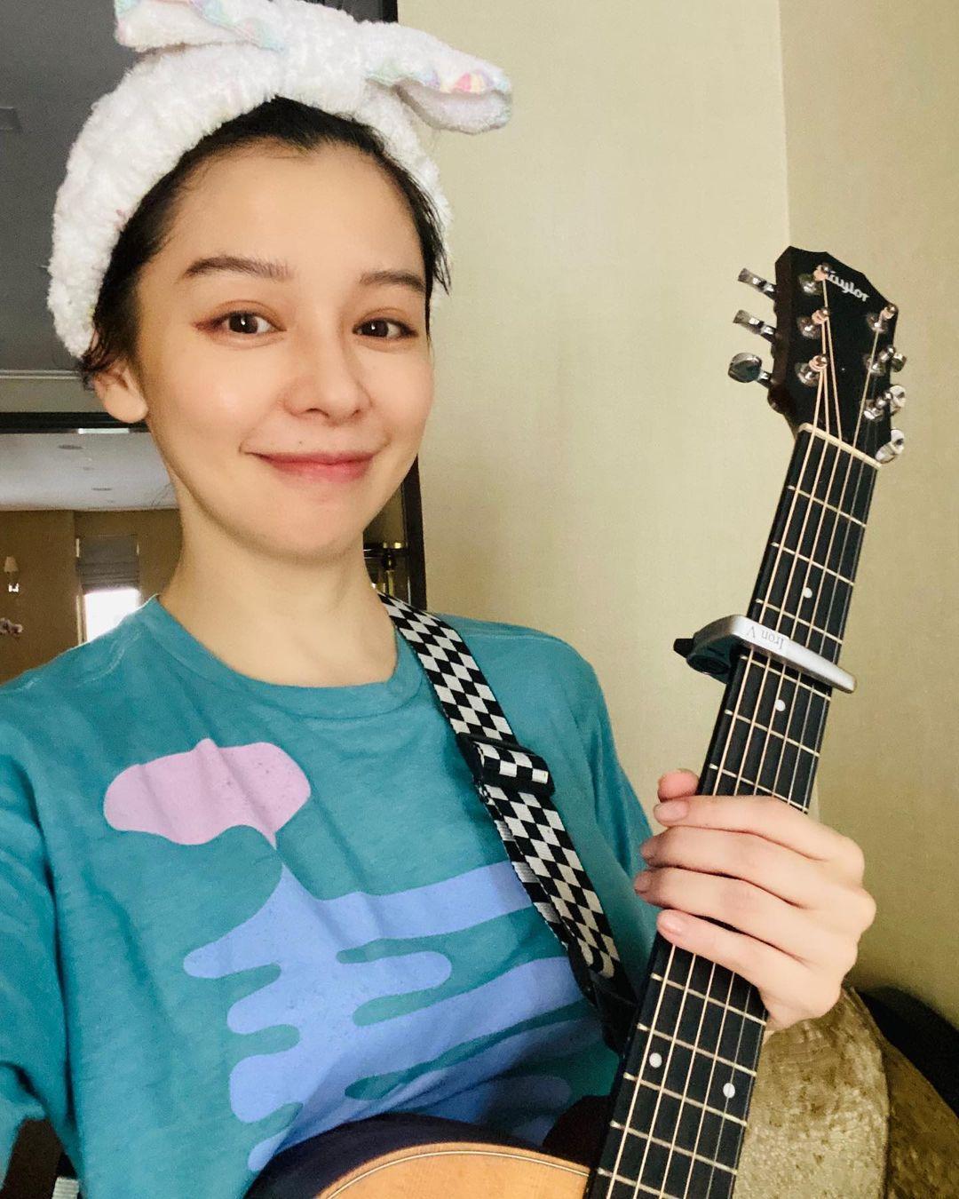 宅在新加坡家裡的徐若瑄開放點歌,自彈自唱用歌聲陪伴在台北抗疫的粉絲。(翻攝自徐若瑄IG)