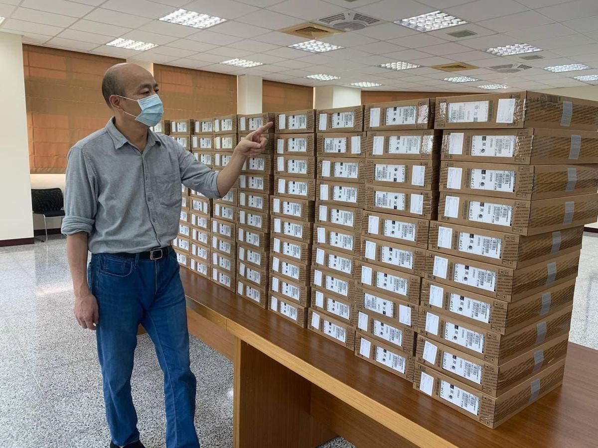 韓國瑜強調孩子的教育不能等,目前已經著手採購100台筆電,將在近日送往有急迫需求的單位。(翻攝自韓國瑜臉書)