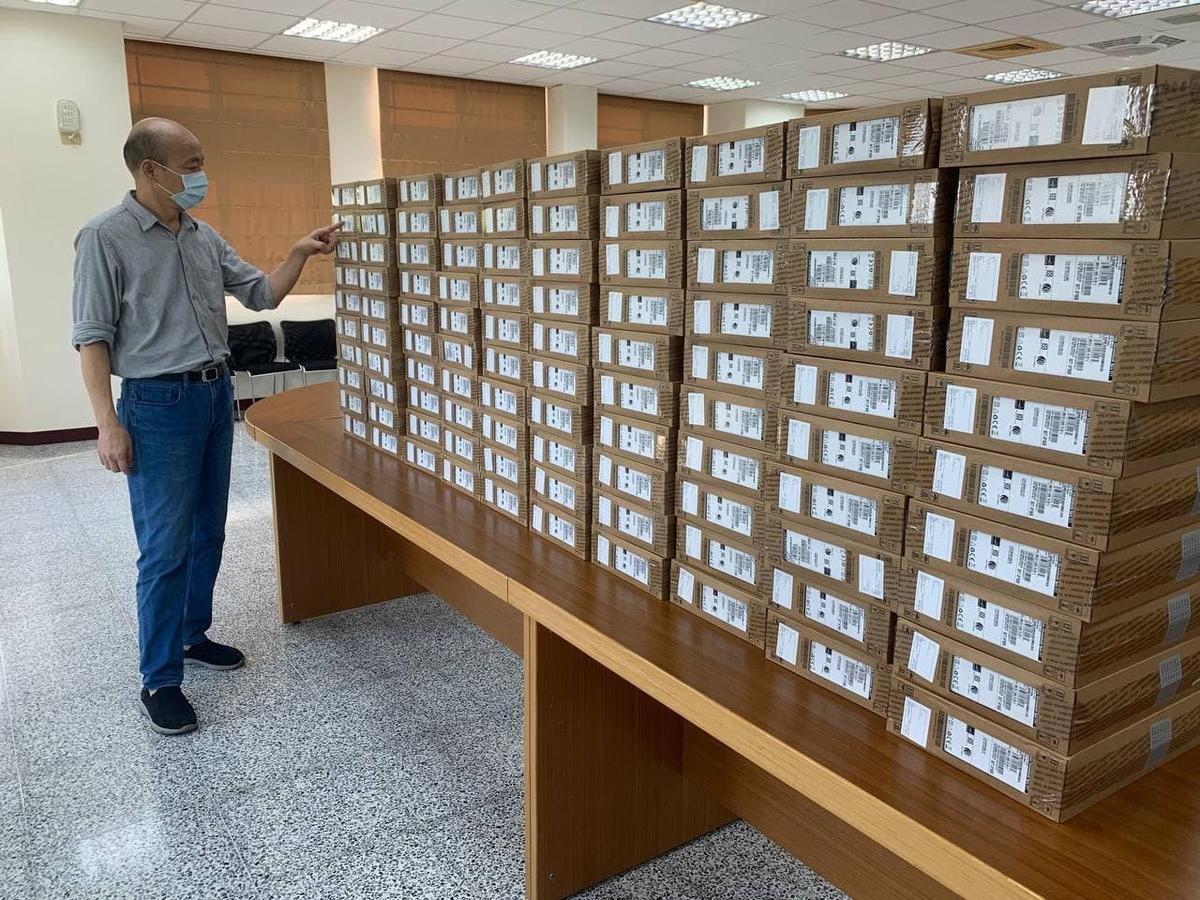 韓國瑜送100台筆電助偏鄉學童,今天是他的生日,網友也紛紛留言獻上祝福。(翻攝自韓國瑜臉書)