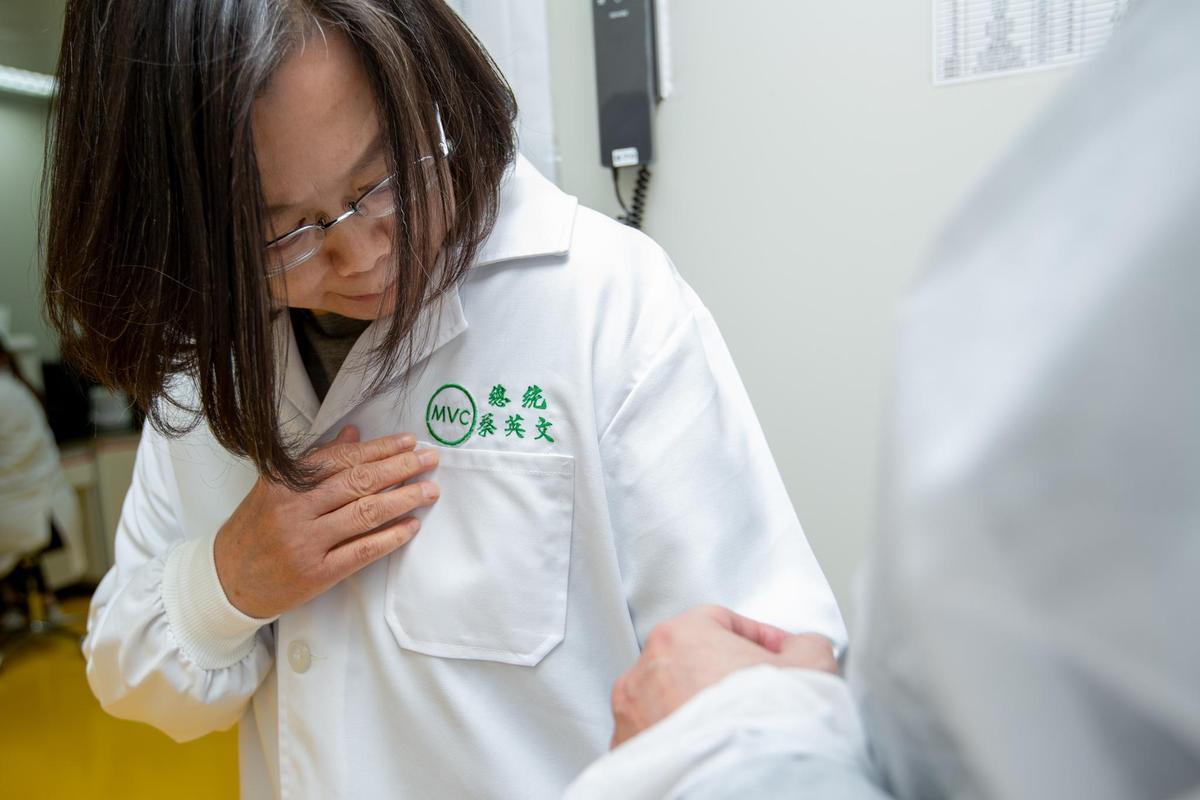 總統蔡英文已表態,會將手臂留給國產疫苗。(總統府提供)