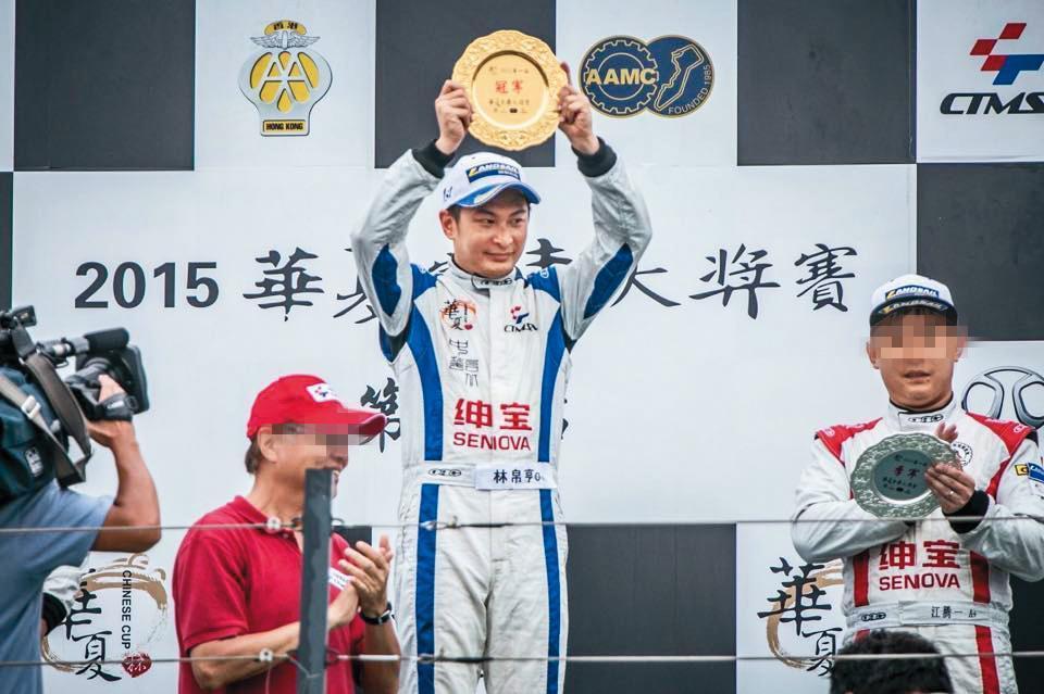 林帛亨(中)是台灣賽車界代表性人物,現任F1車評。(翻攝自林帛亨臉書)