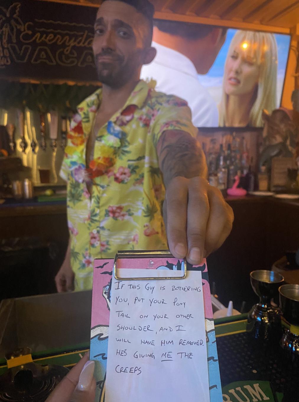 一名調酒師看到客人被騷擾,遞「救命紙條」幫忙解決尷尬場面。(翻攝自Trinity推特)
