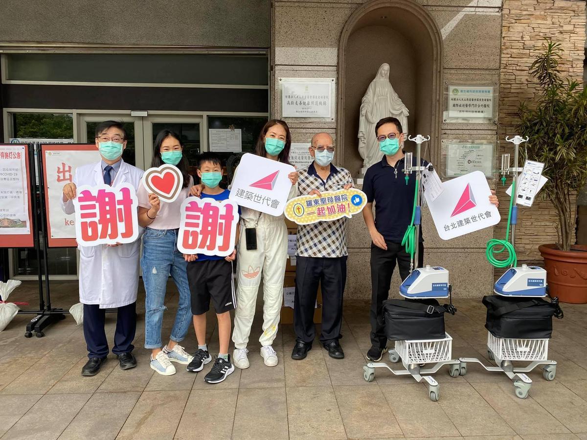 賈永婕一家人昨到羅東聖母醫院,看到呂若瑟神父(右2)相當感動。(翻攝賈永婕臉書)