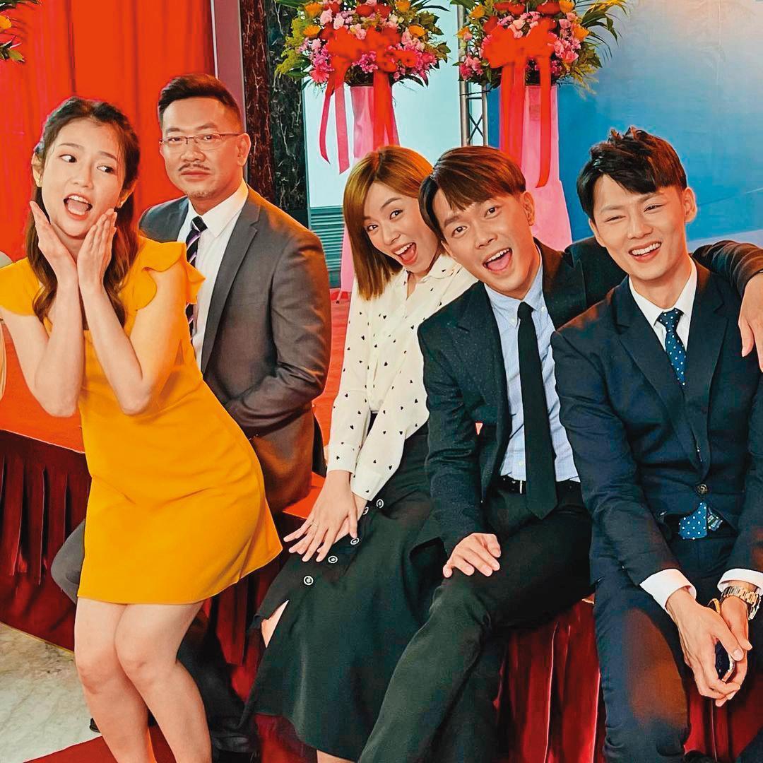 王瞳(右三)拍戲多年,除了有一群演員朋友外,也是民視當家花旦。左一為郭亞棠、左二為江俊翰、右二為許仁杰、右一為羅子惟。(翻攝自王瞳IG)