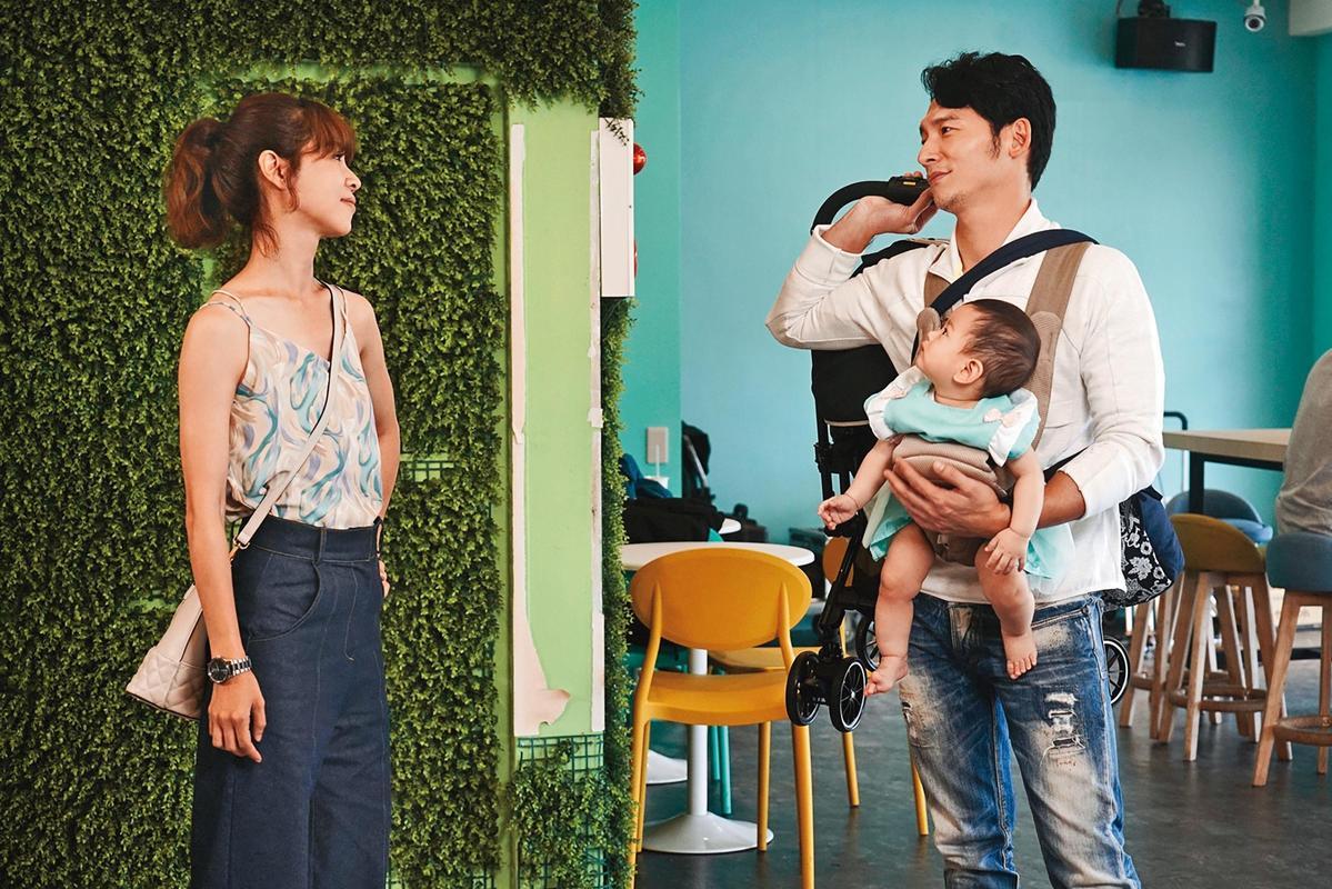 謝盈萱(左)認為,生小孩比找對象還要容易;她也曾想過凍卵,但賺的錢負擔不起。(華視、CATCHPLAY提供)
