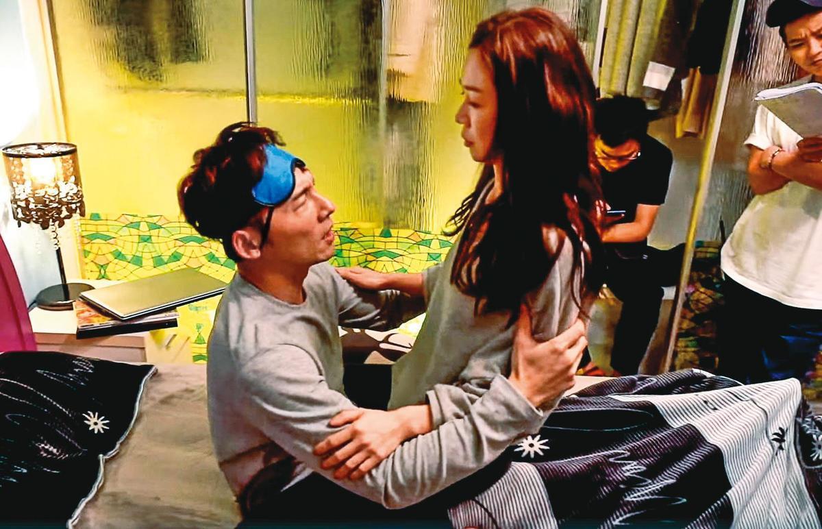 戲中的謝盈萱(右)跟溫昇豪(左)結束交往之後,經歷過悲傷的5階段;現實生活中她失戀則是投入工作,接戲密度變高。(華視、CATCHPLAY提供)