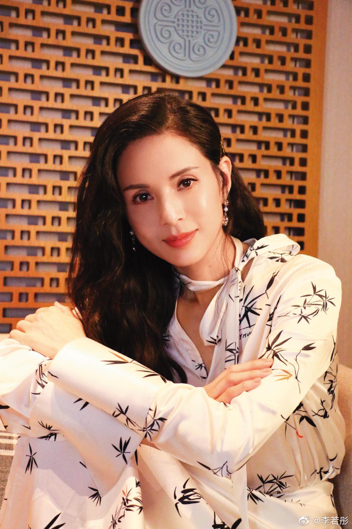 李若彤53歲依然單身,她之前為富商前男友退出藝界,還幫他還債。(翻攝李若彤微博)