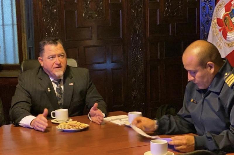前五角大廈探員路易士(左)出書爆料外星生命的存在,強調內容保證精彩。(翻攝Luis Elizondo推特)