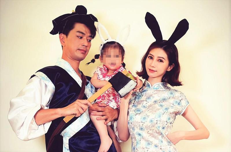 潘逸安帶著老婆、女兒玩角色扮演。(艾迪昇傳播提供)