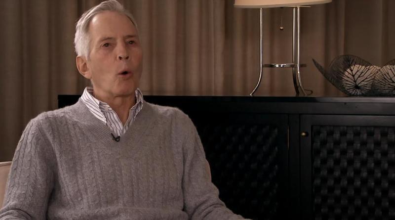 地產大亨德斯特受訪期間在洗手間忘了關麥,自曝殺害親友。(翻攝自HBO)