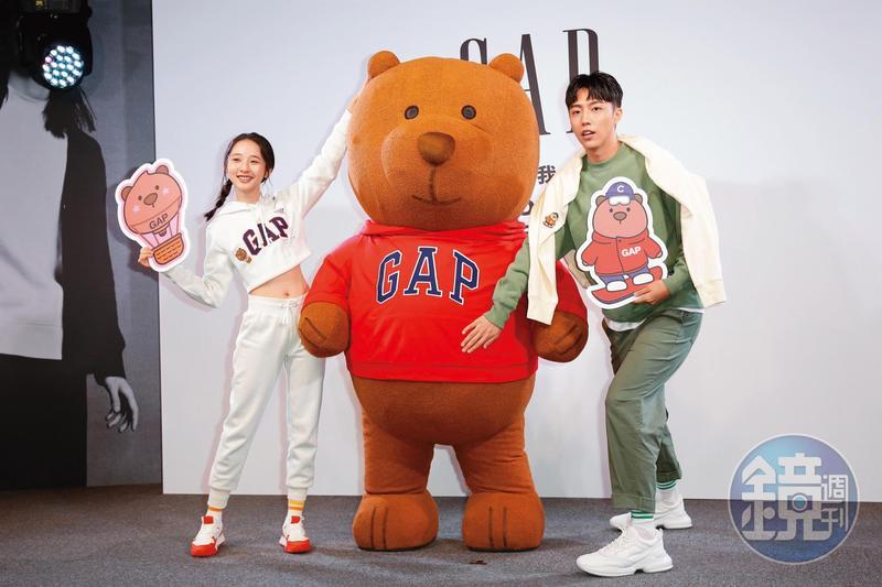 雖然講出自己短處,不過蔡凡熙拍照時依然非常活潑,而且還跟假熊的肚子互動。