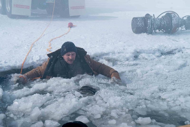 救人就是連恩尼遜大銀幕上的使命,《疾凍救援》他不僅救礦工,也跳進冰湖中救落水的弟弟。(甲上)