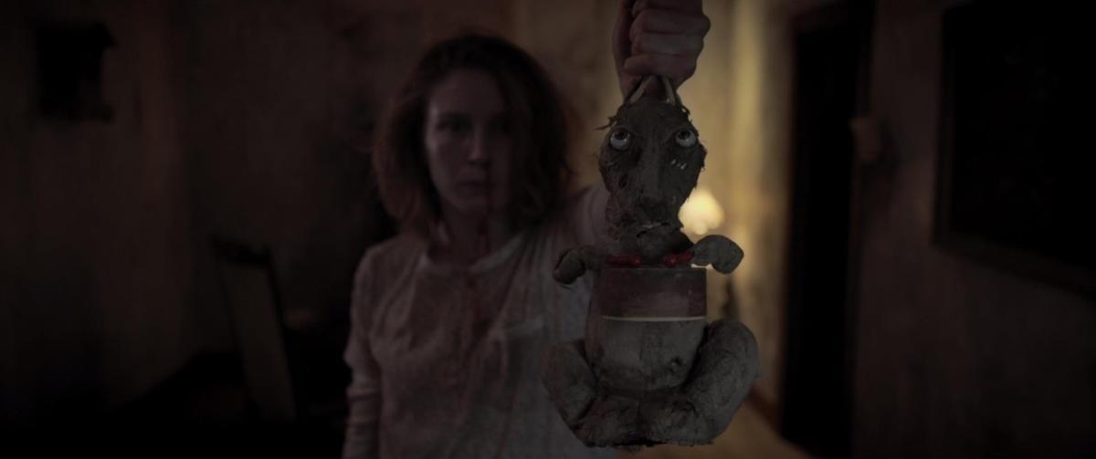 片中詭異的兔子玩偶看起來令人相當不適,而它在電影殺青後即使裝上電池也無法再啟動,彷彿與電影一起「退駕」。(光年映畫)