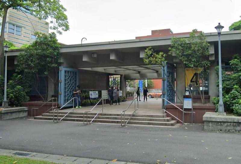 23日下午在捷運台大醫院站外、二二八公園內有5名男女在發送關於BNT疫苗的傳單。(翻攝自Google Maps)