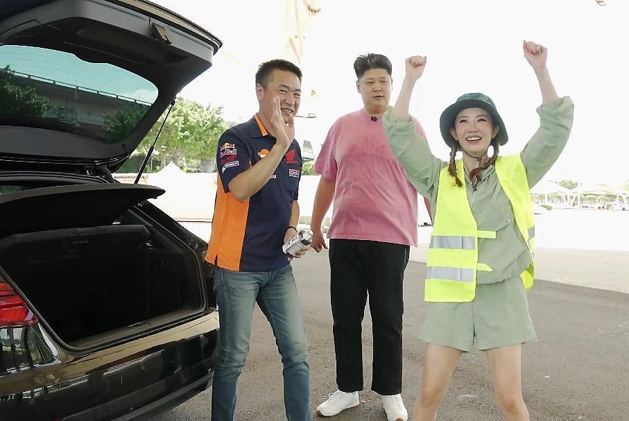 謝忻(右)示範爆胎當天警示後方來車的誇張動作,讓雷尼(左)及哈孝遠(中)看到傻眼。(TVBS提供)
