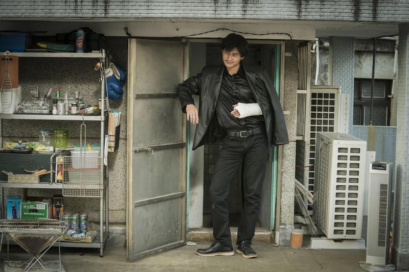 劉冠廷拷貝梁朝偉在《無間道》裡的造型,一出場即引起香港觀眾爆笑。(良人行提供)