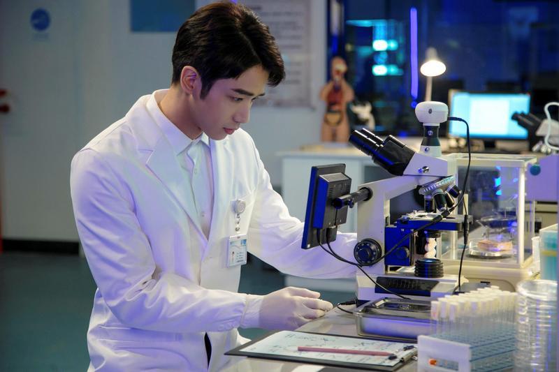 劉以豪為劇中科學家角色,做足相關功課。(劉以豪工作室提供)